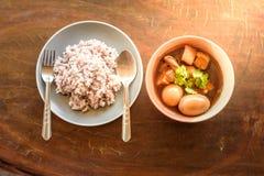 Ägg och griskött i grodor för brun sås Arkivbilder
