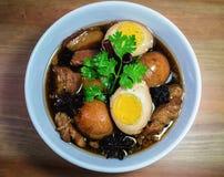 Ägg och griskött i grodor för brun sås Royaltyfri Foto