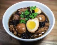 Ägg och griskött i grodor för brun sås Arkivfoto