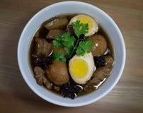 Ägg och griskött i grodor för brun sås Royaltyfria Foton