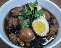 Ägg och griskött i grodor för brun sås Arkivfoton