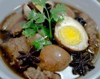 Ägg och griskött i grodor för brun sås Royaltyfria Bilder
