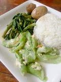 Ägg och griskött i grodor för brun sås, uppståndelse Fried Swamp Cabbage och uppståndelse stekte zucchinin med ägget med ris thai Royaltyfri Foto