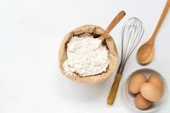 Ägg och grundläggande stekhet bakgrund för mjöl Royaltyfria Foton