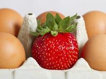 Ägg och jordgubbe Arkivbild