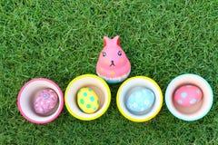 Ägg och kanin som är keramiska på påskdag Arkivfoton