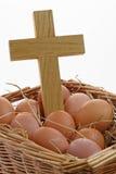 Ägg och kors i en korg Royaltyfri Foto