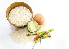 Ägg och limefrukt på vita ris royaltyfri bild