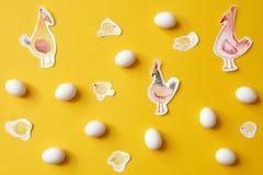 Ägg och målade hönor Arkivbilder