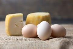 Ägg och ost på lantlig bakgrund Arkivbilder