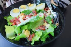 Ägg och rökt baconsallad Arkivfoto
