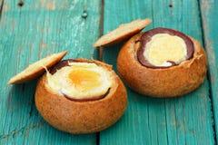 Ägg och skinka bakade inre wholegrain bullehamburgare Royaltyfri Bild