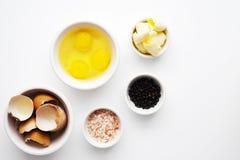 Ägg Organiskt smör, saltar och pepprar royaltyfri bild