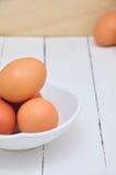 Ägg på den vita maträtten Arkivbilder