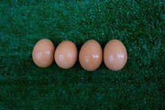 Ägg på den wood plattan royaltyfri fotografi
