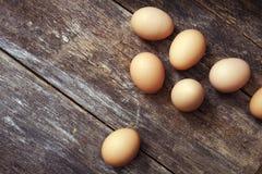 Ägg på den Wood tabellen Arkivfoton