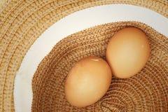 Ägg på en bakgrund av den bruna hatten Royaltyfria Foton