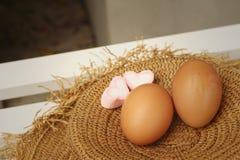 Ägg på en bakgrund av den bruna hatten Royaltyfri Fotografi