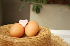 Ägg på en bakgrund av den bruna hatten Arkivbild
