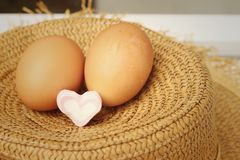 Ägg på en bakgrund av den bruna hatten Royaltyfria Bilder