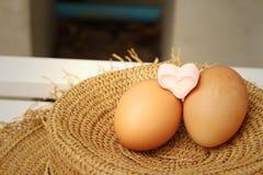 Ägg på en bakgrund av den bruna hatten Arkivfoton