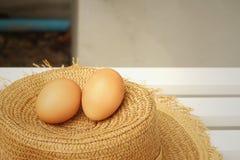 Ägg på en bakgrund av den bruna hatten Royaltyfri Bild