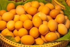 Ägg på ett bananblad Arkivbilder
