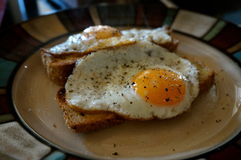Ägg på rostat brödfrukosten arkivfoto