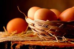 Ägg på trä arkivfoton