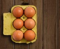 Ägg på trä bordlägger Arkivfoton