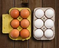 Ägg på trä bordlägger Royaltyfri Foto