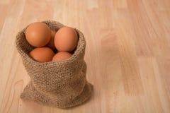 Ägg på träbakgrundsrengöringsignal Royaltyfria Foton