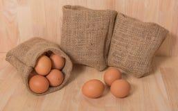 Ägg på träbakgrundsrengöringsignal Royaltyfri Fotografi