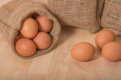 Ägg på träbakgrundsrengöringsignal Arkivfoto
