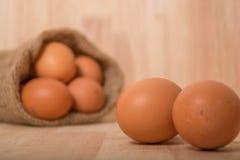 Ägg på träbakgrundsrengöringsignal Arkivfoton
