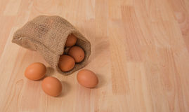 Ägg på träbakgrundsrengöringsignal Royaltyfri Bild