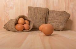 Ägg på träbakgrundsrengöringsignal Fotografering för Bildbyråer