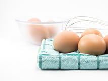 Ägg på tyg och ägg i klar kopp Arkivfoto