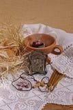 Ägg, rökelse, kyrkliga stearinljus, en rökare och en symbol Arkivbild