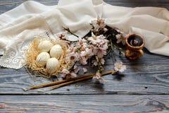 Ägg rökelsekar med rökelse, filialerna av blomningmandlar Arkivbilder