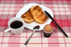 Ägg, rostade bröd och kaffe Arkivfoto