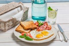 Ägg, rostat bröd och bacon för en sommar frukosterar Fotografering för Bildbyråer