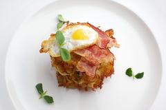 Ägg skinka för frukost i den vita plattan Arkivfoto
