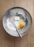 Ägg smör, mjöl och viftar i en bunke Laga mat hemlagade Swe Arkivbilder