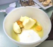 Ägg, smör och socker i plastbunke Royaltyfri Bild