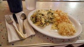 Ägg som är blandade med jordnötkött, lökar, spenat, och överträffat med PA Royaltyfri Foto