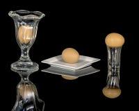 Ägg som är bruna på exponeringsglas och plattan Royaltyfri Foto
