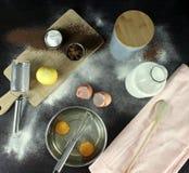 Ägg som är hela mjölkar, socker, kakao, pannkakor som gör av, citronen, mörker arkivbild