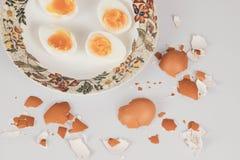 Ägg, som är perfekt vita och gula i färg, och ätit med äggskalet och teblad arkivfoton