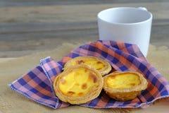 Ägg som är syrligt på träplattan Royaltyfri Foto